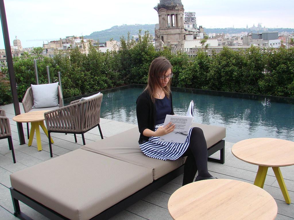 Leyendo El Libro De Paula Bonet En La Terraza Del Hotel M