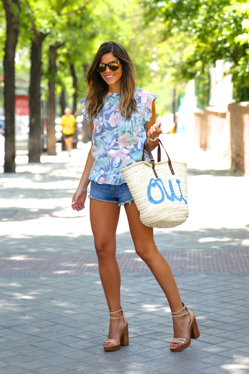 trendy_taste-look-outfit-street_style-oot-blog-blogger-fashion_spain-moda_españa-flower_print-estampado_flores-capazo-verano-summer-beach-playa-zara-denim_shorts-shorts_vaqueros-hype-15