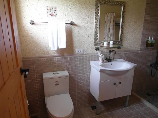 浴廁裡的金屬有些使用了銅製品,有種沉穩古典的感覺唷@宜蘭心森林民宿1N
