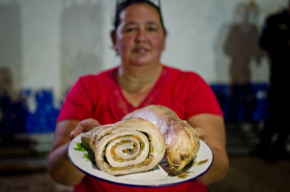 Una señora muestra uno de los platos más preferidos, el enrollado de matambre, durante las celebraciones de la fiesta de San Juan, en San Juan Bautista, departamento de Misiones.  (Elton Núñez)