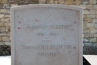 صورة Simone de Beauvoir. paris france grave kiss lipstick cimetièredumontparnasse jeanpaulsartre simonedebeauvoir montparnassecemetery