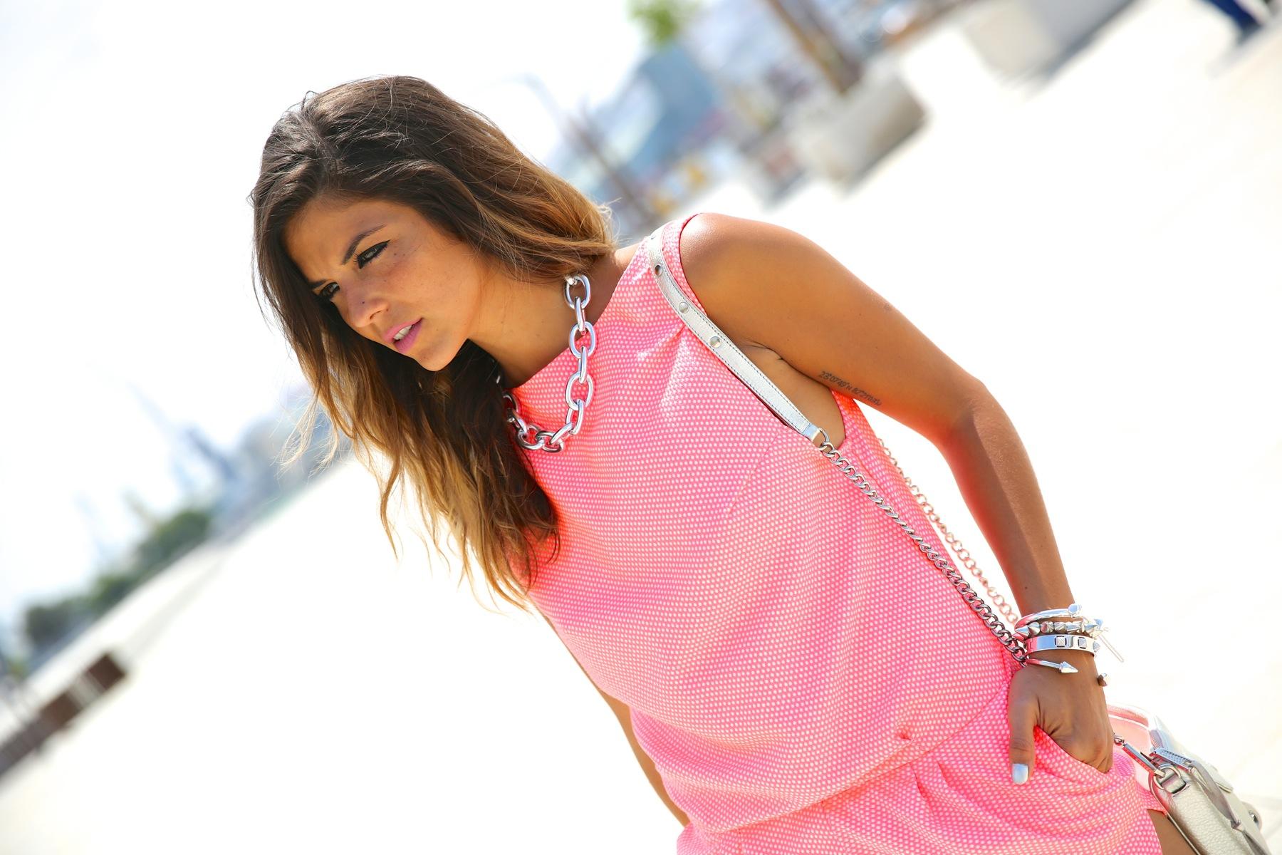 trendy_taste-look-outfit-street_style-ootd-blog-blogger-fashion_spain-moda_españa-silver_bag-bolso_plata-mono_rosa-mekdes-coruña-marina-6