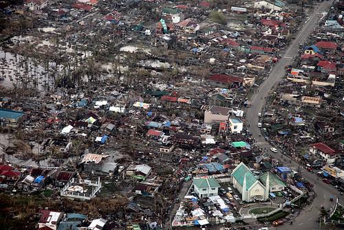 2013年海燕颱風侵襲菲律賓時,造成滿目瘡痍的景象。攝影:Russell Watkins。