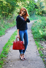 Embroidered sweatshirt, skinny jeans and red tote