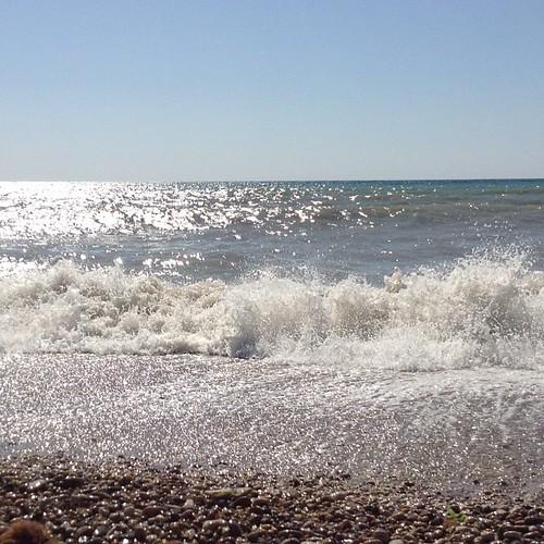Сегодня - довольно сильный шторм, я ездила искупаться на пару часов. Вода теплая, можно качаться на волнах! #коктебель