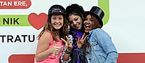 Tres chicas posando en el photocall 'Por los buenos tratos'