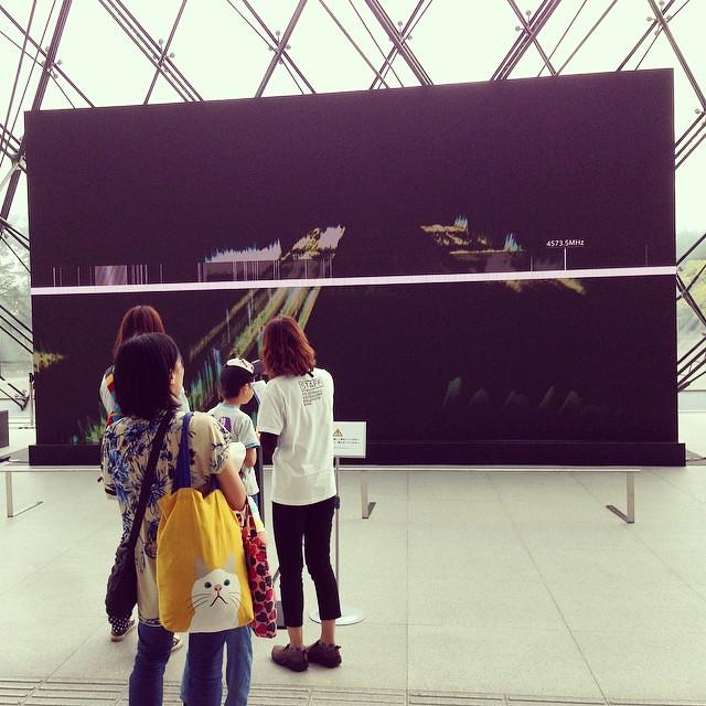 坂本龍一さん+YCAM InterLabによる「フォレスト・シンフォニー」。こちらは坂本さんと真鍋大度さんによる電磁波を可視化するインスタレーション #札幌国際芸術祭