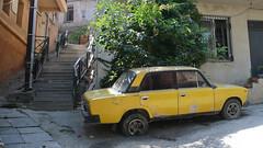 Uliczka w Tbilisi i pozostałość po ZSRR.