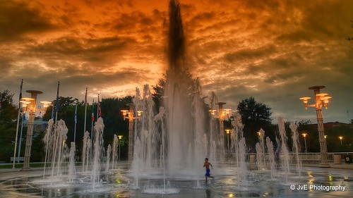 park trip sunset summer wet water fountain silhouette kids clouds fun shower colorful stream downtown knoxville tennessee run worldsfairpark skyonfire playingwithwater playingkids kidsinafountain nokialumia1020