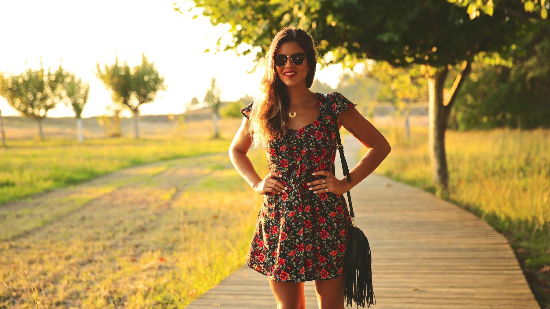 trendy_taste-look-outfit-street_style-ootd-blog-blogger-fashion_spain-moda_españa-flower_print-dress-vestido-flores-sandalias_negras-black_sandals-platforms-sunset-playa-beach-summer-6