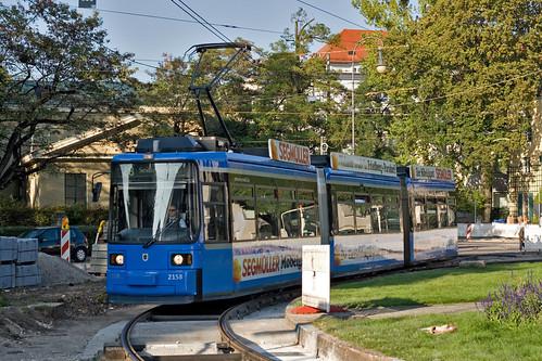 Mit der Trambahn durch die Baustelle: Wagen 2158 kreist um den Karolinenplatz