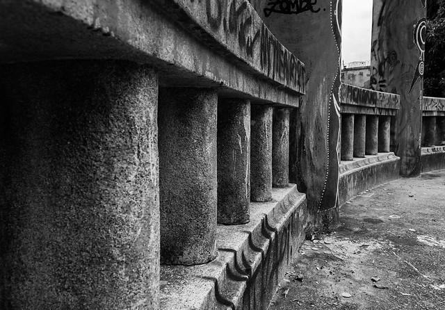 #desafioprimeira de março - dia 18 - repetição: que nos protege da fatalidade | #firstchallenge of march - day 18 - Repetition: that protects us from fatality #gaby20bt #desafiofotografico #photochallenge #pb #bw #mirante #gazebo #grafite #grafitti #arteu