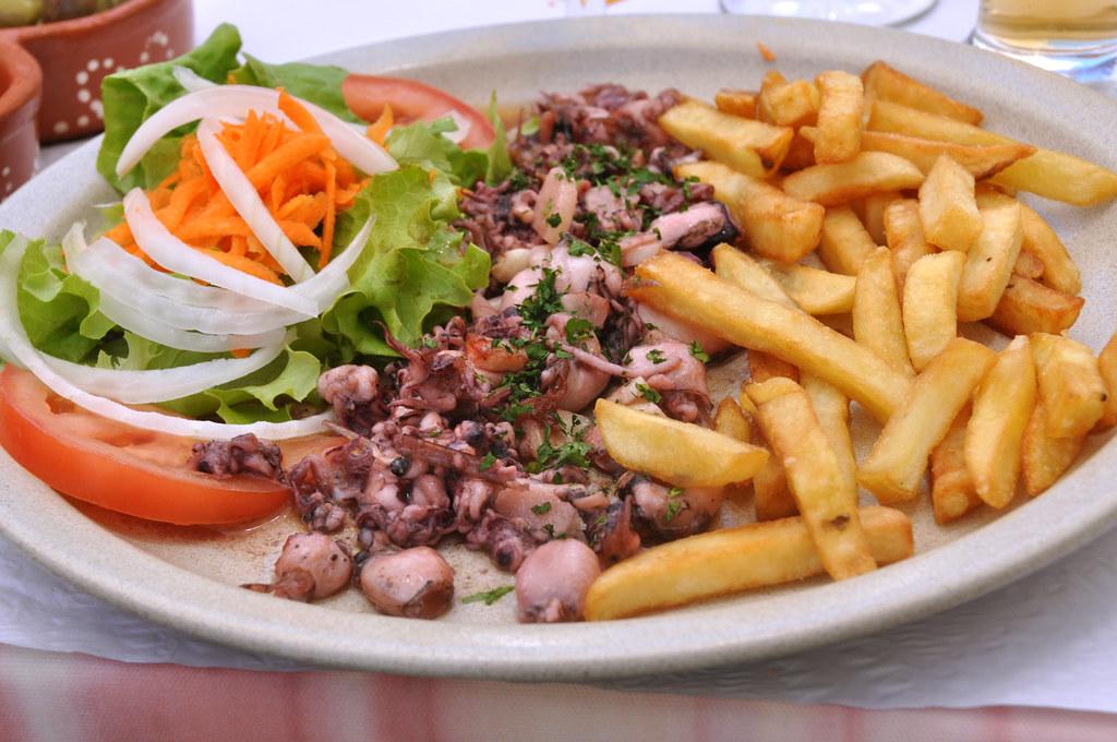 Sauterede blæksprutter med salat og pommes frites