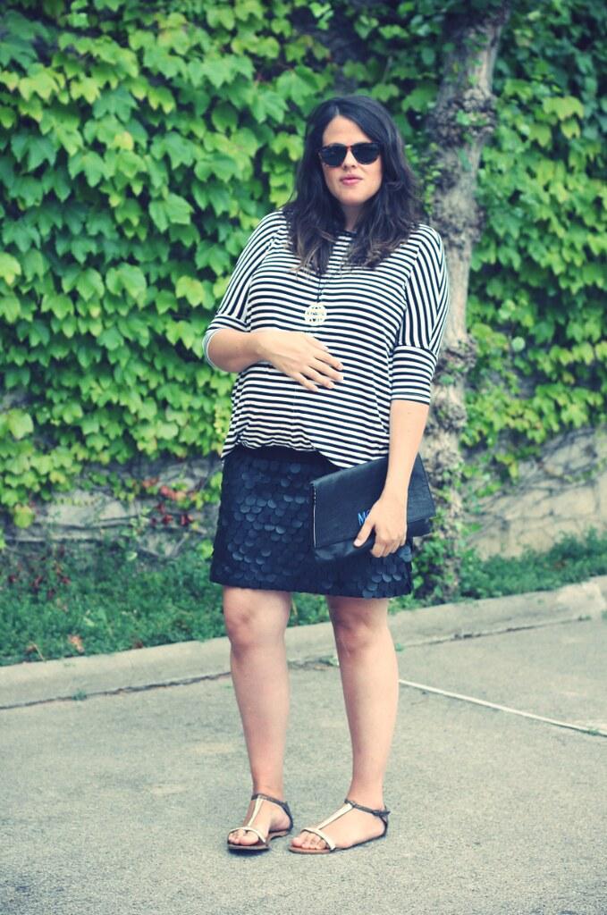 Look: Camiseta rayas y falda cuero