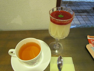Salon Nanadecor - soy blancmange with strawberry sauce and berry tea