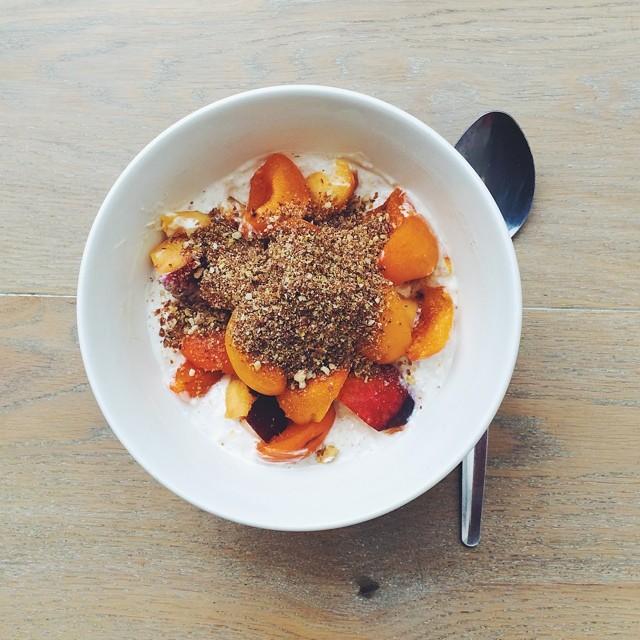 Breakfast fruit salads: apricots week. Apricots, nectarines, ground nuts, oats soaked in yogurt. #instafood #instasalad #feelgood #healthy #healthyfood #saladpride #saladlove #saladjam #salad #vegetarian #desk #veg  #cleaneat #eatclean #nutrition #nutri