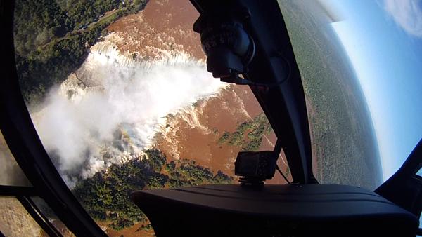Impresionante giro sobrevolando en helicóptero las cataratas de iguazú