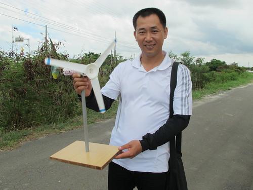 風車達人李泳宗,手持教學用風車模型。攝影:郭政佑