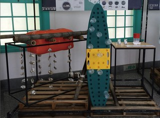 左邊橘色的就是經過化學反應充氣後的浮力物,右邊是寶特瓶版最後展覽的呈現。圖片來源:綠粉絲