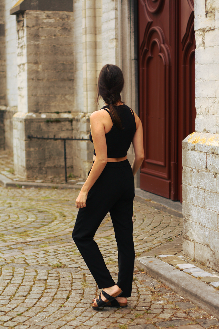 minimalist outfit crop top birkenstocks salina
