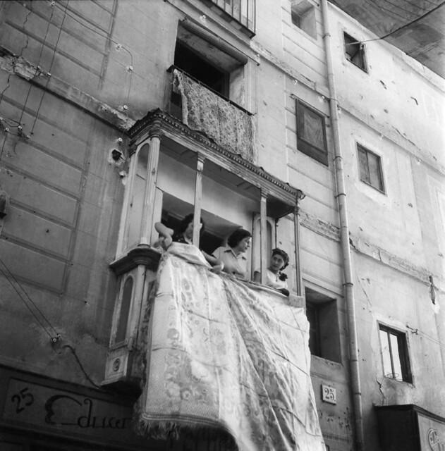 Jóvenes asomadas al mirador en un día de Corpus en los años 50. Fotografía de Francesc Catalá Roca © Arxiu Fotogràfic de l'Arxiu Històric del Col·legi d'Arquitectes de Catalunya. Signatura B_4358_356