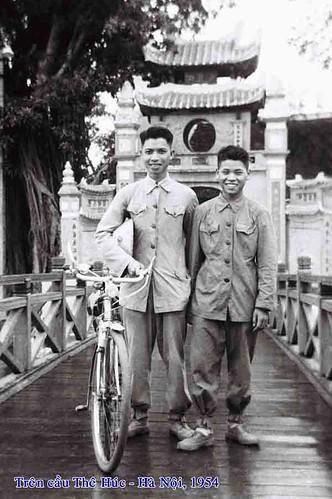 Đại đội trưởng Lê Phương (trái) cùng đồng đội trên Cầu Thê Húc (Đền Ngọc Sơn) trong những ngày đầu tiếp quản Thủ đô Hà Nội.