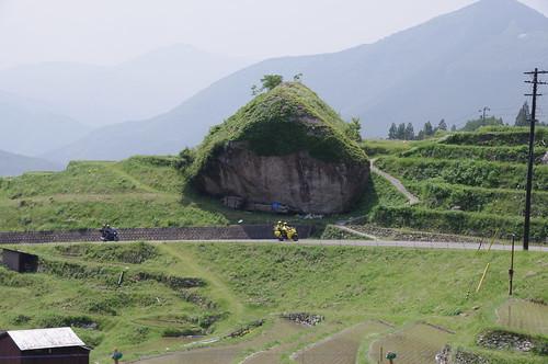大石の下を通過するマビックバイク