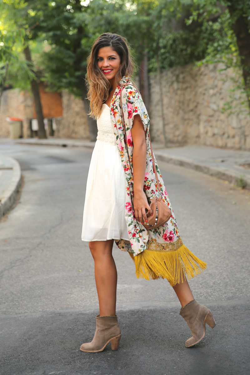 trendy_taste-look-outfit-street_style-ootd-blog-blogger-fashion_spain-moda_españa-kimono-vestido_blanco-vestido_verano-playa_beach-dress-cowboy_booties-botines_camperos-11