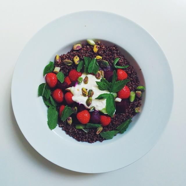 Strawberries week, vegan salad. Strawberries, beetroot, spring onions, red quinoa, mint, extra virgin olive oil, oat or soya cream, lemon juice. #vegan #salad #vegetarian  #happydesksalad #desklunch #desk #veg #veganfood #veganshare #cleaneat #eatclean #