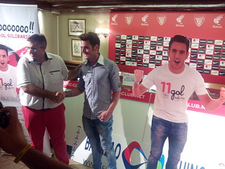 Ibai Gómez con Jon Andoni Ortuzar, gerente de Bacalao Eguino.