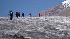 Podejście lodowcem Gergeti w kierunku stacji meteo (Bethleim Hut 3680m)