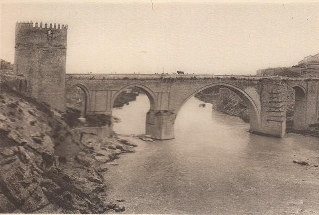 Puente de San Martín a principios del siglo XX. Fotografía de Henri Bertault-Foussemagne  publicada en el libro L´Espagne, provinces du Nord, de Tolède a Burgos de Octave Aubry en 1930