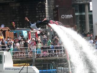 Exhibición de Fly Board bajo el Puente de Euskalduna.