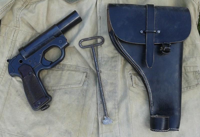 Estimation Pistolet Lance Fusée Allemand : LP42  15153835590_e7f6faf11d_c