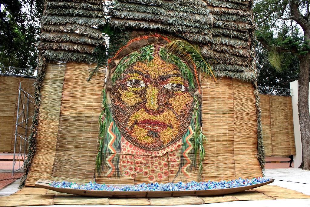 Лицо индеанки, символизирующее Пачамаму (Мать-Землю), составленное из разных видов боливийского картофеля