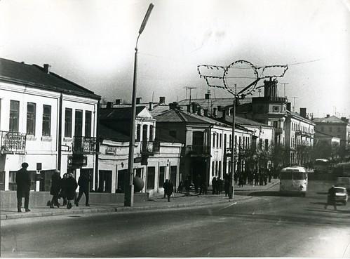 Вул.Соборна (Ленінська) на задньому плані гастроном Ровно, 1979