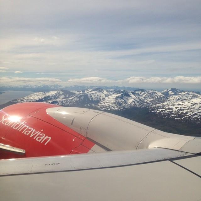 Hace un rato, despegando de Tromsø. Preciosas montañas nevadas, preciosa ciudad #laponianoruega