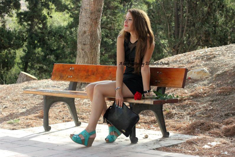 Vestido-negro-flexyandsexy-con-cuñas-azules-yokono-HEELSANDROSES-(2)