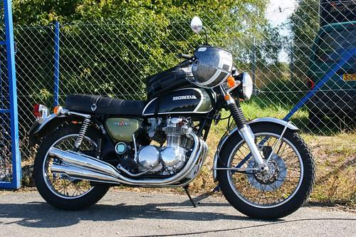 Cette Honda CB500 Four semble équipée pour le voyage...