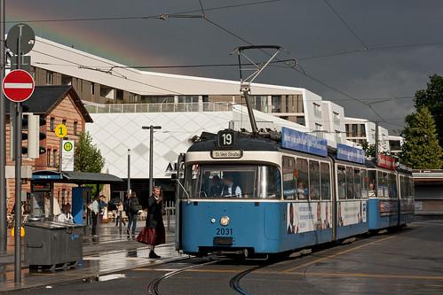 Ein kurzer, aber heftiger Regenschauer suchte die Gäste am Pasinger Bahnhof heim. Kurz darauf wurden sie mit einem Regenbogen belohnt.