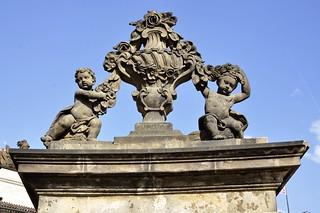 Praha, Hrad, 1. nádvoří, váza s putti