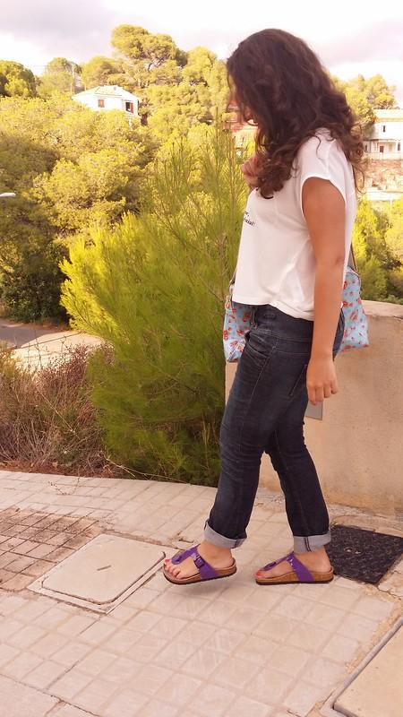 Ugly Shoes, mudanza, cómodo, vaquero, morado, camiseta con mensaje, bolsa flores rosas azul vintage, moving, comfortable, Jeans, purple, shirt with a message, bag, pink flowers  blue, Berskha, Zara, Natura, Butlers