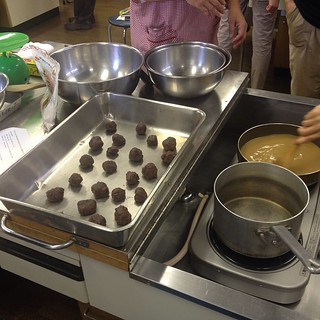 Learning to make warabi mochi through the Tokyo Vegan meetup group.