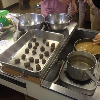 Learning to make warabi mochi through the Tokyo Vegan meetup group.