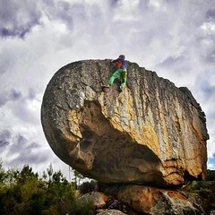 Better than to be surrounded by great friends is to create things while surrounded by great friends. Here is Ti Nunito  on the first send of this beautiful new boulder problem created  as in memory of a very beloved friend that left way too early!  We giv