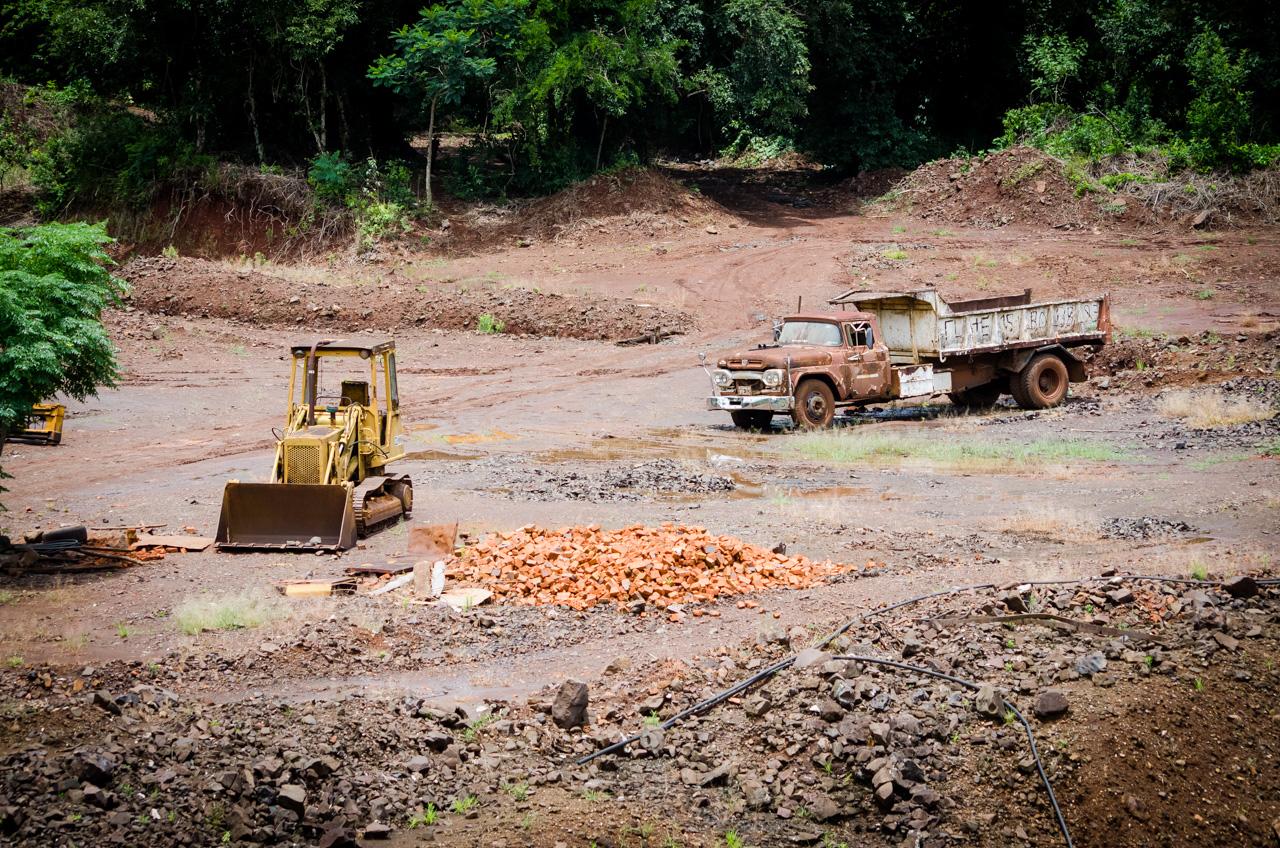 Antiguos vehículos pesados son vistos en la Compañía Minera de Wanda, la mina fue fundada en 1934 por pioneros polacos, desde entonces este lugar es proveedor de joyas y ofrece un destino turístico para admirar piedras preciosas en un entorno natural. (Elton Núñez).