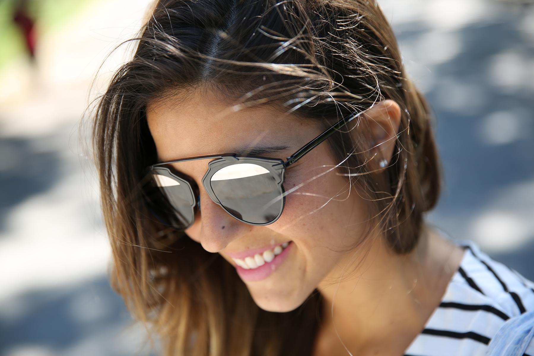 trendy_taste-look-outfit-street_style-ootd-blog-blogger-fashion_spain-vaquero_claro-peto_vaquero-tirantes-striped_tee-camiseta_rayas-marinero-dior_sunnies-gaimo-8