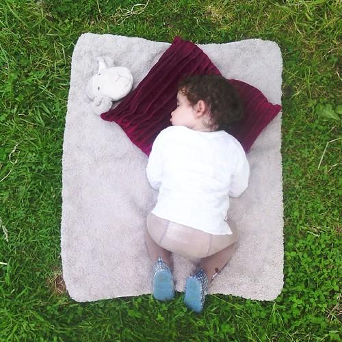 Bébé est épuisée. Elle c'est endormi dans le jardin. #love #baby #garden #ourlittlefamily #france