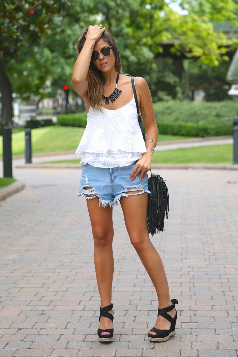 trendy_taste-look-outfit-street_style-ootd-blog-blogger-fashion_spain-moda_españa-fringed_bag-bolso_flecos-sandalias-verano-summer_sandals-ugg_australia-denim_shorts-shorts_vaqueros-oversize-12