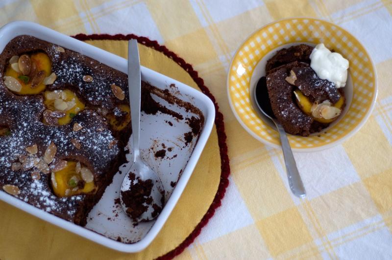 Pudim de chocolate e pêssegos